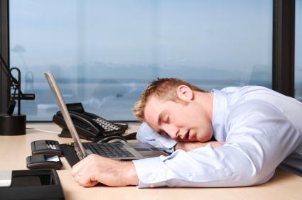 كيف يدمر الجلوس الطويل في مكتب العمل صحتك؟