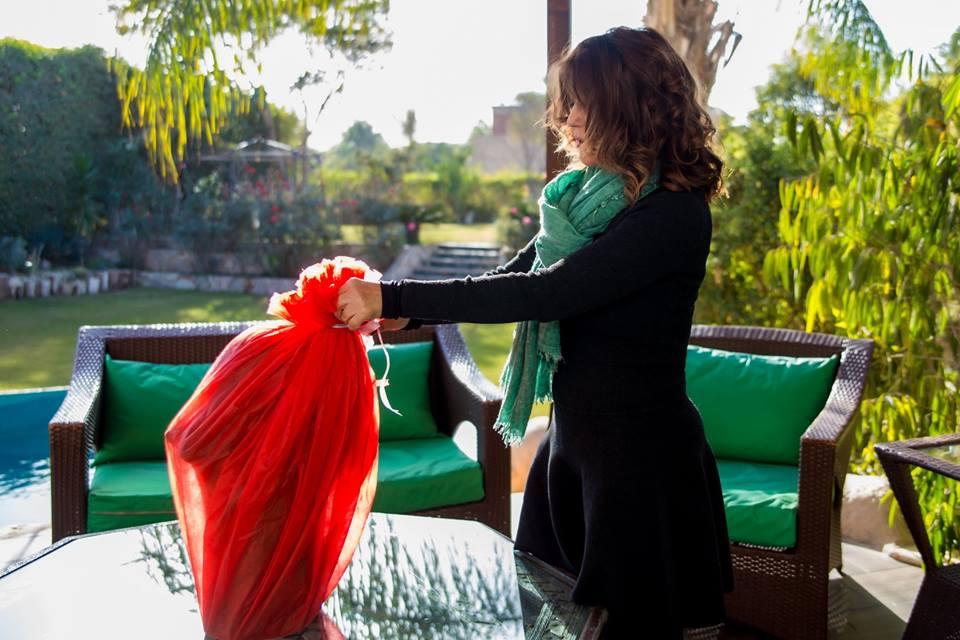 بالصور:  جمهور سميرة سعيد يهديها تمثالا في عيد ميلادها هذه تفاصيله
