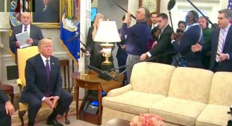 """بالفيديو : ترامب يطرد صحفيا من CNN بسبب تصريحات """"الدول القذرة"""""""