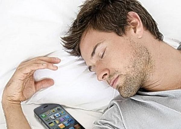thumbnail.php?file=1662120136493_320672733  خطر النوم بجانب الهاتف المحمول خصوصا اللذين يستخدمونه كساعة منبه   Actualités