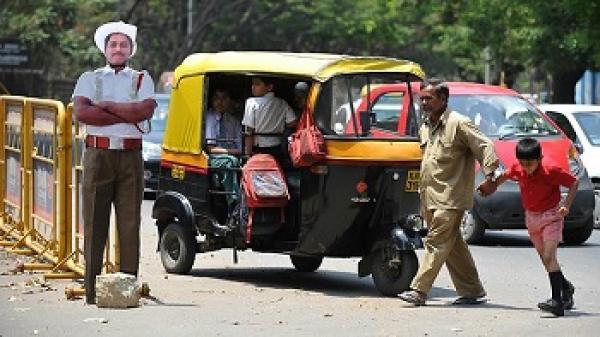 رجال شرطة من الكرتون لفرض قوانين السير في الهند