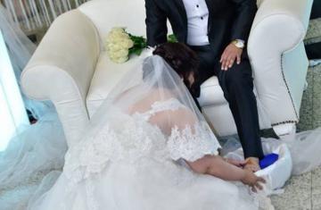 عروس تغسل قدم عريسها تشعل مواقع التواصل الاجتماعي