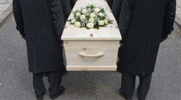 عوض مكان رومانسي..شاب يصطحب صديقتهإلى جنازة في أول موعد بينهما
